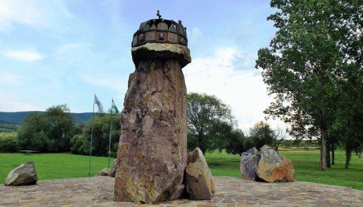 Markazon található hazánk legnagyobb Szent Korona szobra